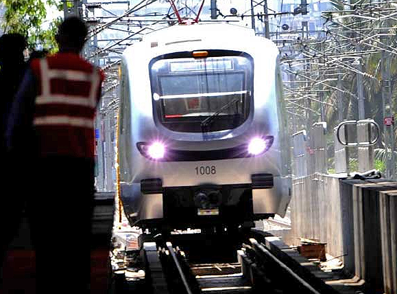 Mumbai Metro Arriving at station